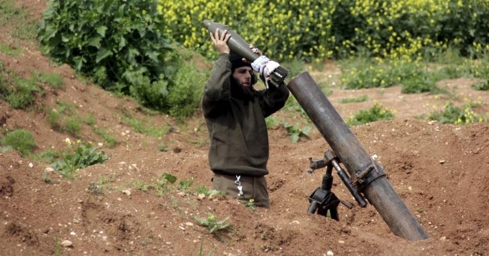 3.abr.2015 - Combatente rebelde prepara um morteiro para disparar em direção as forças leais ao ditador da Síria, Bashar al Assad, perto da cidade de Mork