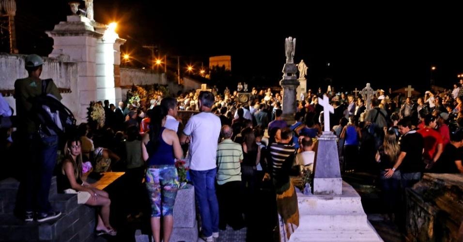 3.abr.2015 - Cortejo durante o enterro de Thomaz Alckmin, filho do governador do Estado de São Paulo, Geraldo Alckmin (PSDB), em Pindamonhangaba (SP) nesta sexta-feira (3). Cerca de 500 pessoas acompanharam o sepultamento do filho do governador paulista