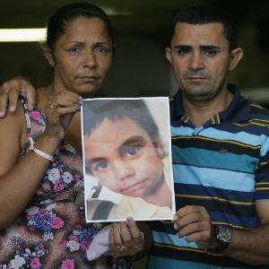Terezinha e José Maria exibem foto do filho, Eduardo, 10, morto no último 2 de abril