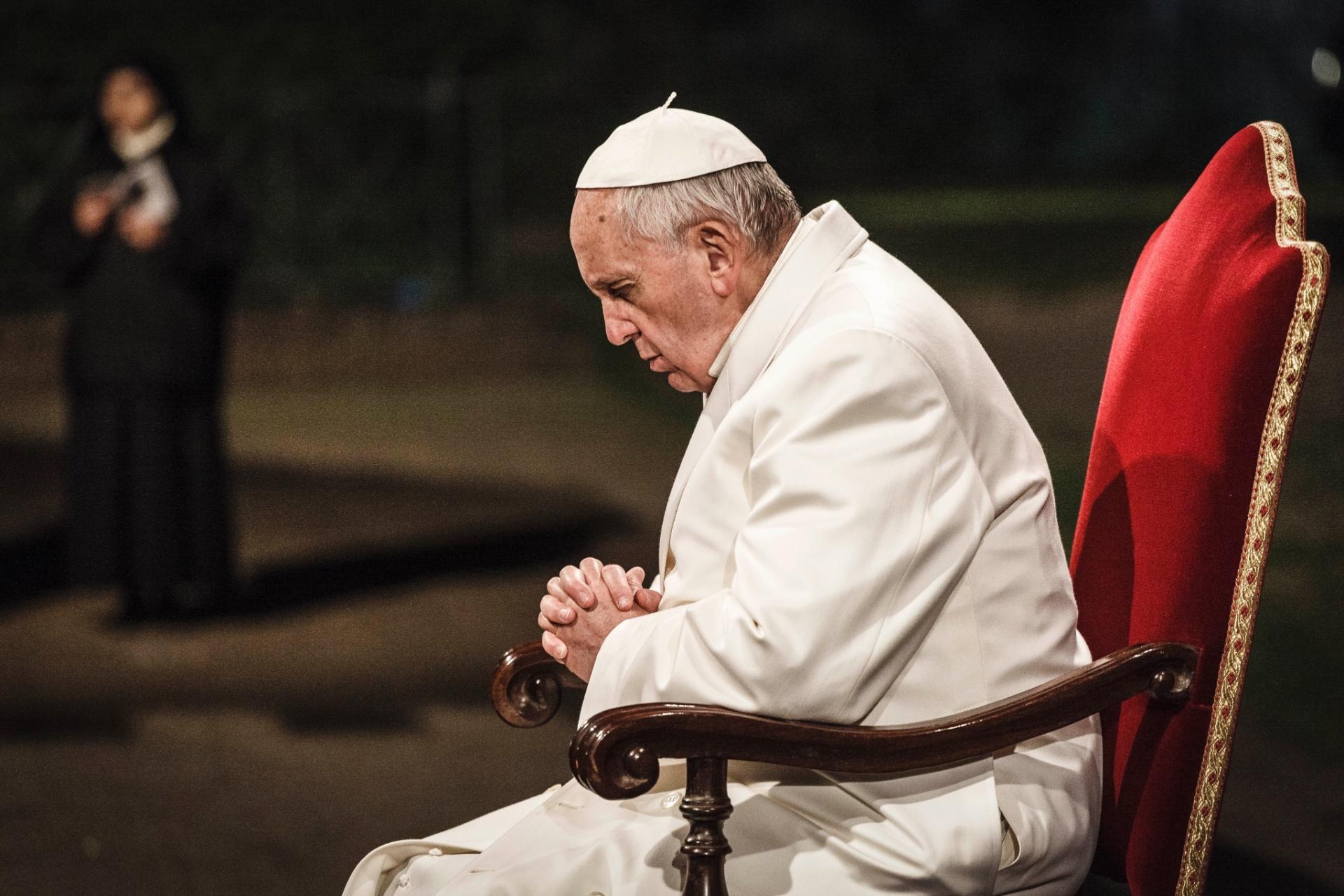 3.abr.2015 - Papa Francisco conduz a celebração da Via Crucis, tradicional rito realizado na Sexta-Feira Santa, no Coliseu, em Roma