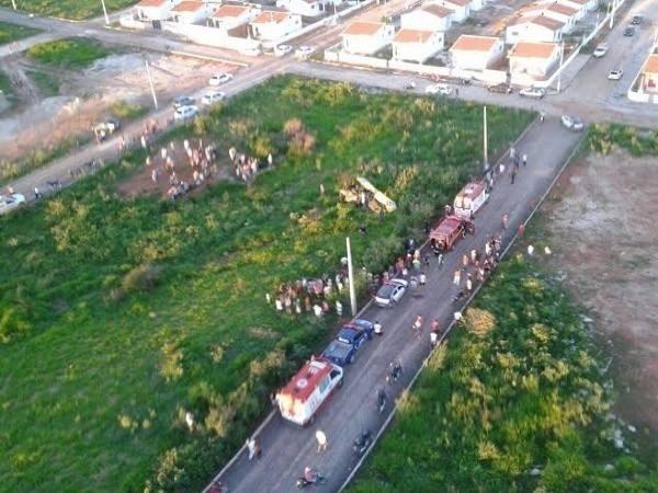 4.abr.2015 - Um avião monomotor caiu no município de Ceará-Mirim (região metropolitana de Natal), no fim da tarde deste sábado (4), e deixou duas pessoas mortas. O monomotor caiu próximo ao Aeródromo Governador Geral Melo, às margens da rodovia BR-406. Quatro equipes do Corpo de Bombeiros, do Samu (Serviço de Atendimento Móvel de Urgência), além do helicóptero de resgate Potiguar I foram acionados, mas ao chegarem no local já encontraram os tripulantes sem vida