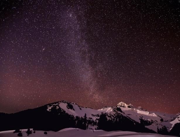 A Via Láctea é vista a partir dos lagos Elfin, no Canadá