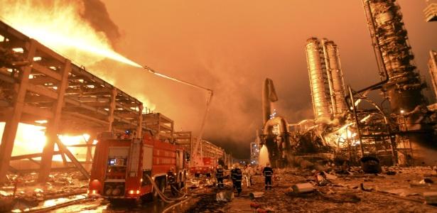 Bombeiros tentam conter as chamas após explosão em fábrica de produtos químicos na cidade de Zhangzhou, no leste da China