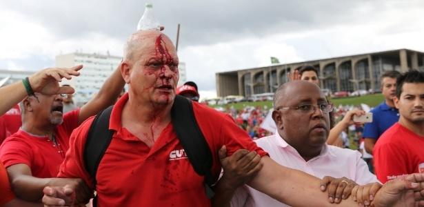 Manifestante fica ferido durante protesto organizado por CUT (Central Única dos Trabalhadores), UNE (União Nacional dos Estudantes) e MST (Movimento dos Trabalhadores Rurais Sem Terra) nesta terça-feira (7), em Brasília