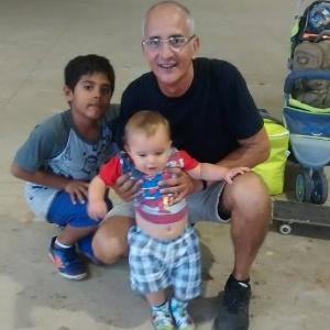 """""""Dia especial"""", diz o dentista Ricardo Freitas, 55, ao passear com o filho Fernando, 8 (à esq.), no parque Ibirapuera, em março"""