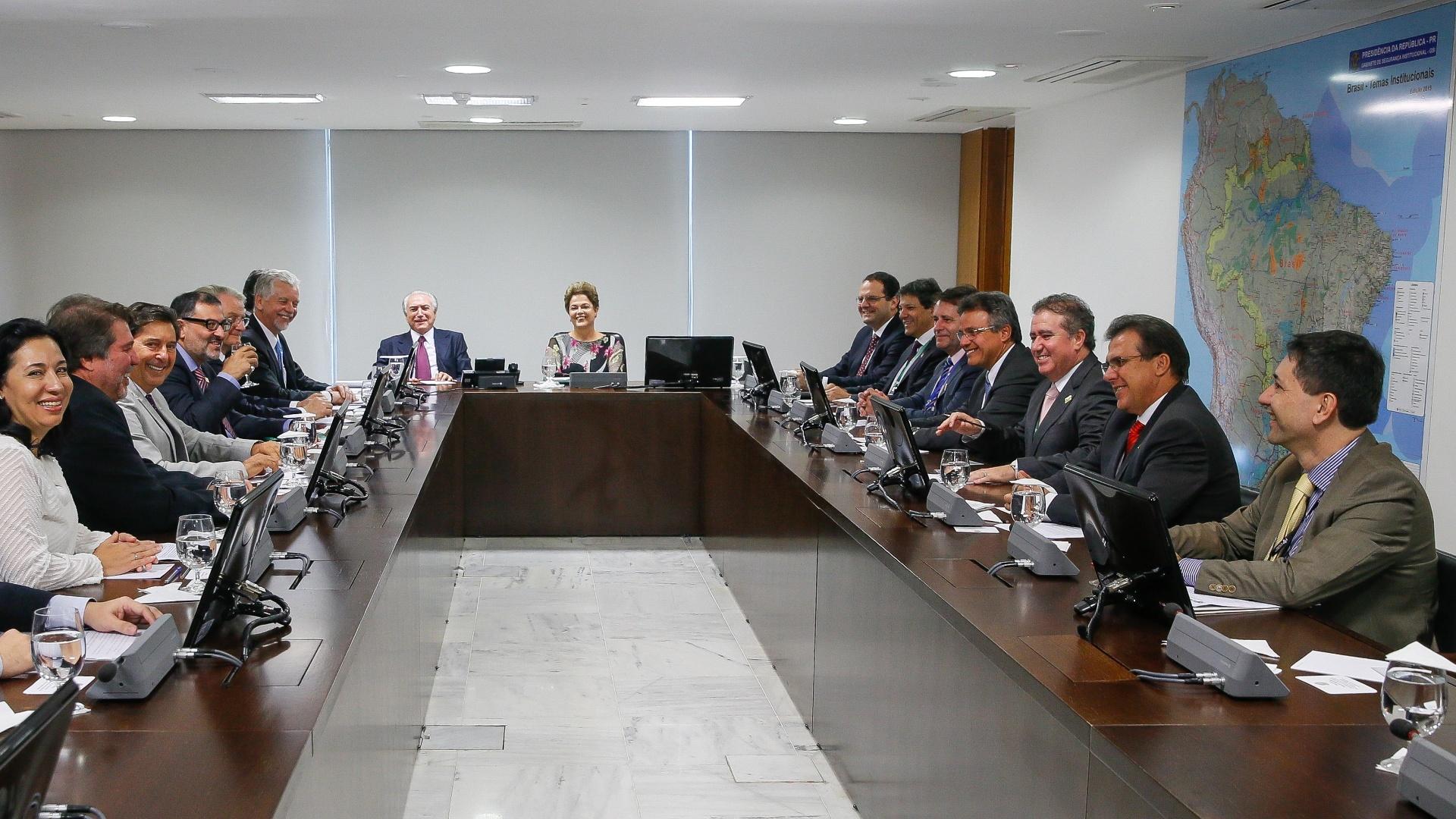 8.abr.2015 - A presidente Dilma Roussef se encontrou nesta quarta-feira (8) com representantes da Frente Nacional dos Prefeitos (FNP), que estão esta semana em Brasília no 3º Encontro dos Municípios com o Desenvolvimento Sustentável