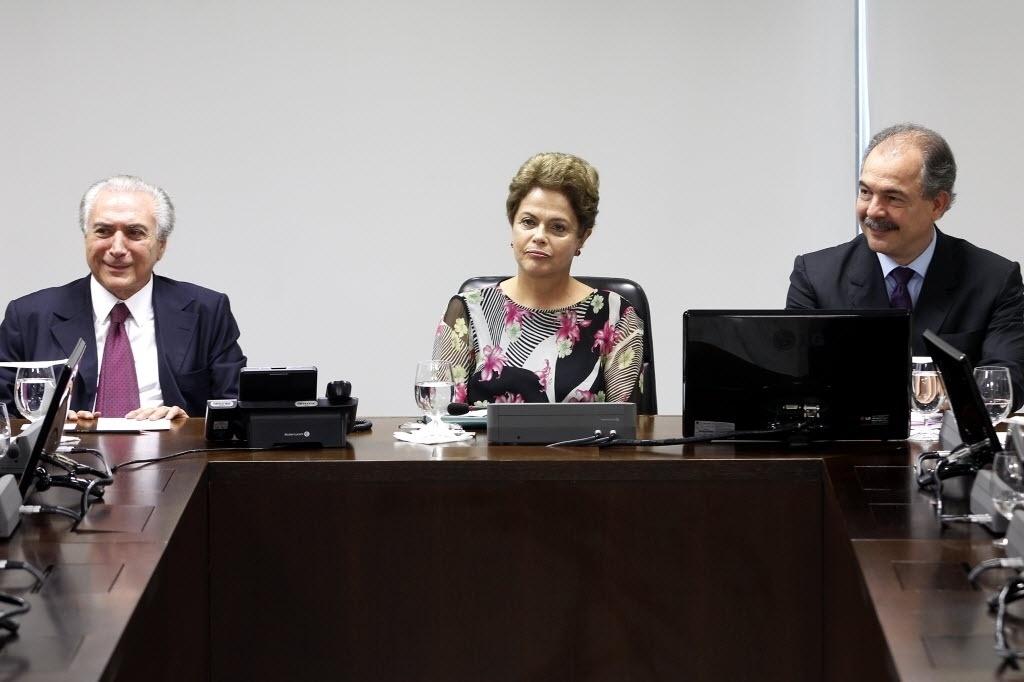 8.abr.2015 - A presidente Dilma Rousseff acompanhada do vice-presidente Michel Temer e do ministro da Casa Civil Aloizio Mercadante com representantes da Frente Nacional dos Prefeitos