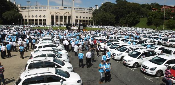 Taxistas protestam contra o Uber na praça Charles Miller, em São Paulo