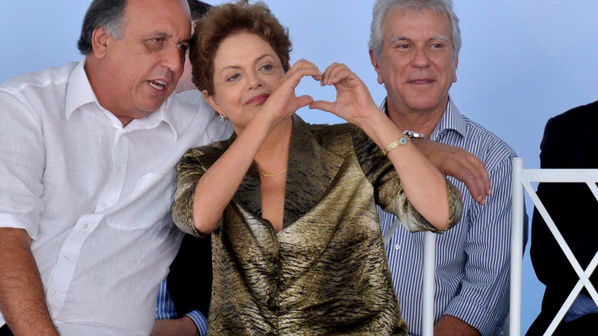 9.abr.2015 - A presidente da República, Dilma Rousseff, acompanhada do governador do Rio de Janeiro, Luiz Fernando Pezão, entregou residências do programa Minha Casa Minha Vida, em Duque de Caxias (RJ), nesta quinta-feira (9). Durante o discurso a presidente afirmou que o projeto da terceirização, cujo texto-base foi aprovado na quarta-feira (8) no Congresso, não pode