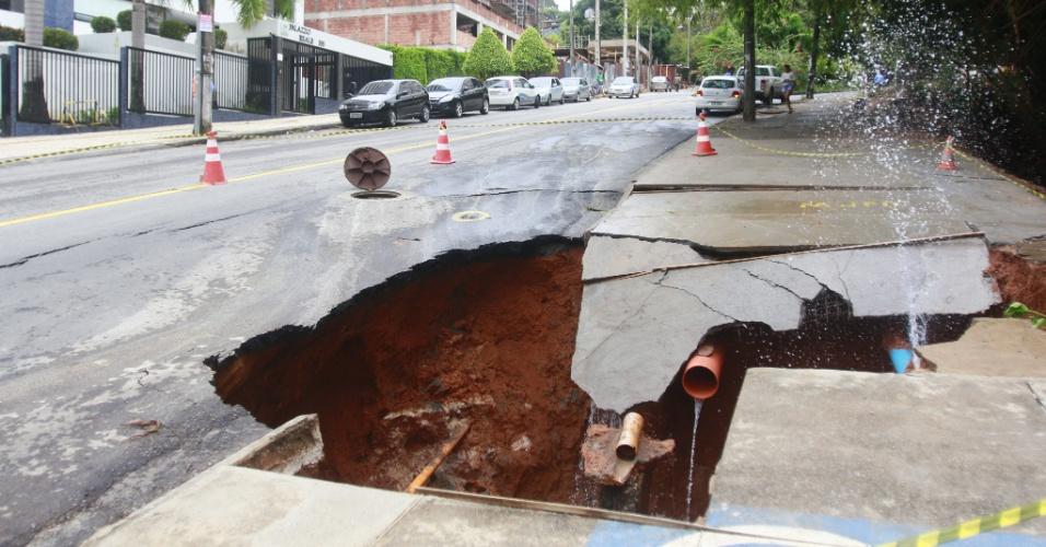 9.abr.2015 - Uma cratera se abriu na rua Leonor Calmon, no bairro de Cidade Jardim, em Salvador(BA), na tarde desta quinta-feira (9), devido às fortes chuvas que atingem a capital baiana
