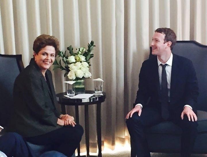 10.abr.2015 - A presidente Dilma Rousseff encontrou o presidente do Facebook, Mark Zuckerberg, nesta sexta-feira (10) durante a Cúpula das Américas na Cidade do Panamá