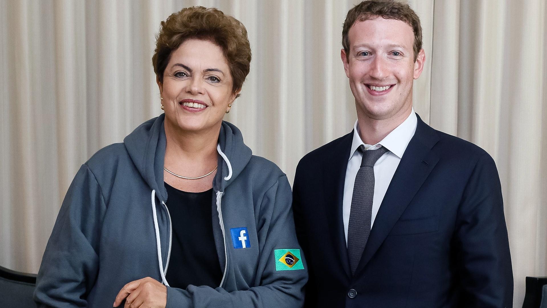 10.abr.2015 - A presidente Dilma Rousseff posa para foto ao lado do fundador do Facebook, Mark Zuckerberg, durante reunião paralela à Cúpula das Américas, que acontece na Cidade do Panamá