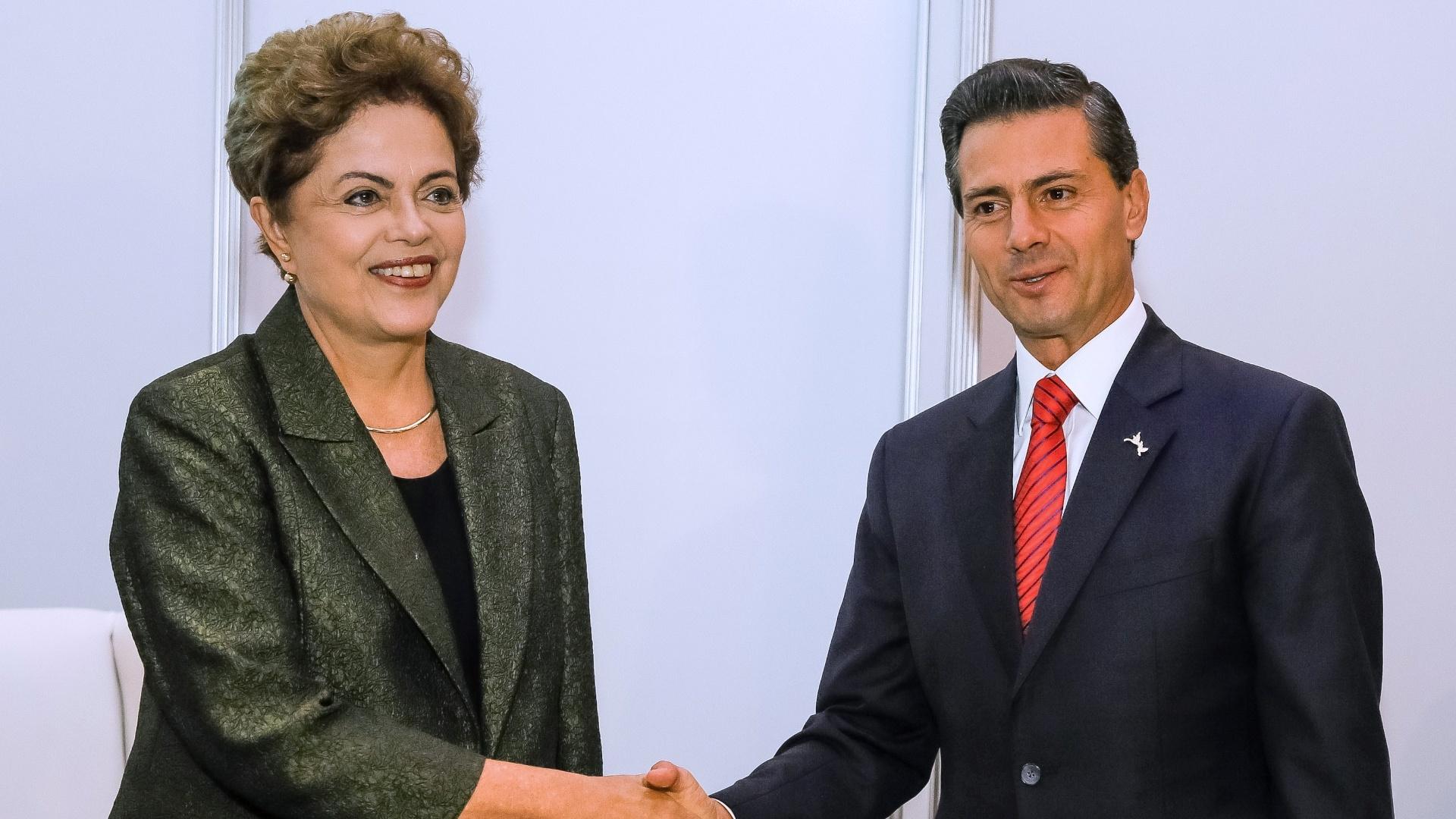 10.abr.2015 - A presidente do Brasil, Dilma Rousseff, cumprimenta o mandatário mexicano, Enrique Peña Nieto, durante encontro bilateral na 7ª Cúpula das Américas, na Cidade do Panamá