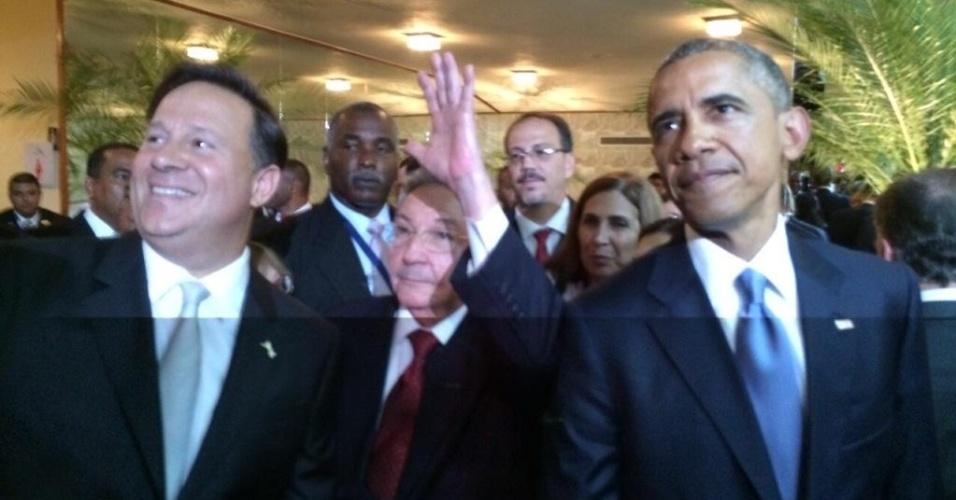 10.abr.2015 - O presidente dos EUA, Barack Obama (à dir.), caminha ao lado do presidente cubano, Raúl Castro (ao centro), pouco antes da abertura oficial da 7ª Cúpula das Américas no Panamá