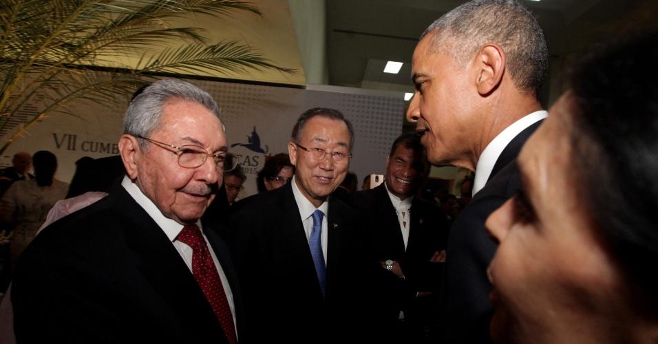 10.abr.2015 - O presidente dos EUA, Barack Obama, cumprimenta o presidente de Cuba, Raúl Castro, acompanhados pelo secretário-geral da ONU, Ban Ki-moon (ao centro), pouco antes da abertura da 7ª Cúpula das Américas, realizada nesta sexta-feira (10) e sábado na Cidade do Panamá. Obama e Castro se reunirão formalmente neste sábado. Os mandatários de Estados Unidos e Cuba não se reuniam há mais de meio século