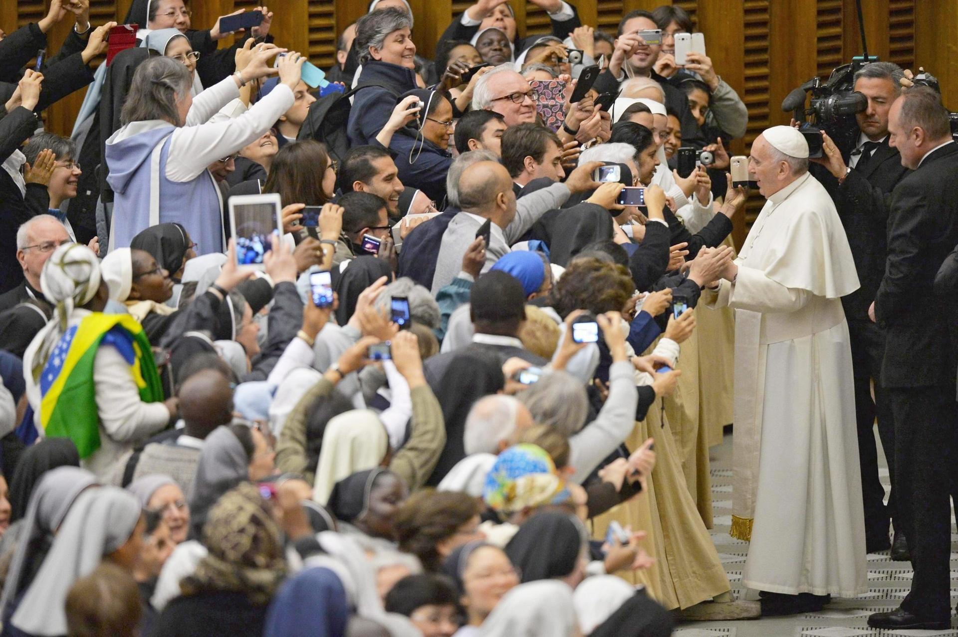 11.abr.2015 - O papa Francisco foi recebido por uma multidão de fiéis durante reunião com autoridades do Vaticano, neste sábado (11). Em mensagem enviada aos líderes reunidos na Cúpula das Américas, no Panamá, o pontífice pediu um esforço na luta contra a