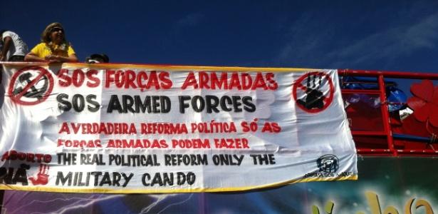 Faixa a favor das Forças Armadas durante o protesto em Brasília