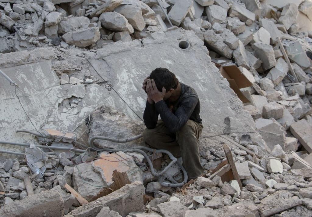 13.abr.2015 - Menino sírio chora sob os escombros de um prédio que desabou após um ataque aéreo feito por forças leais ao presidente Bashar Assad no leste de Aleppo, Síria