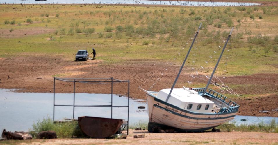 14.abr.2015 - Seca expõe ruínas da parte inundada da cidade de Remanso (BA) em 1974 com a construção do lago Sobradinho, quando cinco cidades foram alagadas. Por falta de chuva, o maior reservatório de água do Nordeste está secando