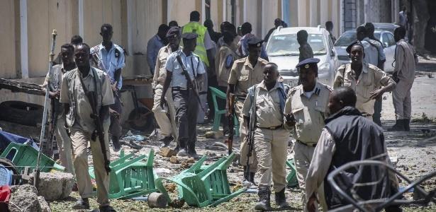 Forças de segurança se reúnem em frente ao um prédio do governo atacado