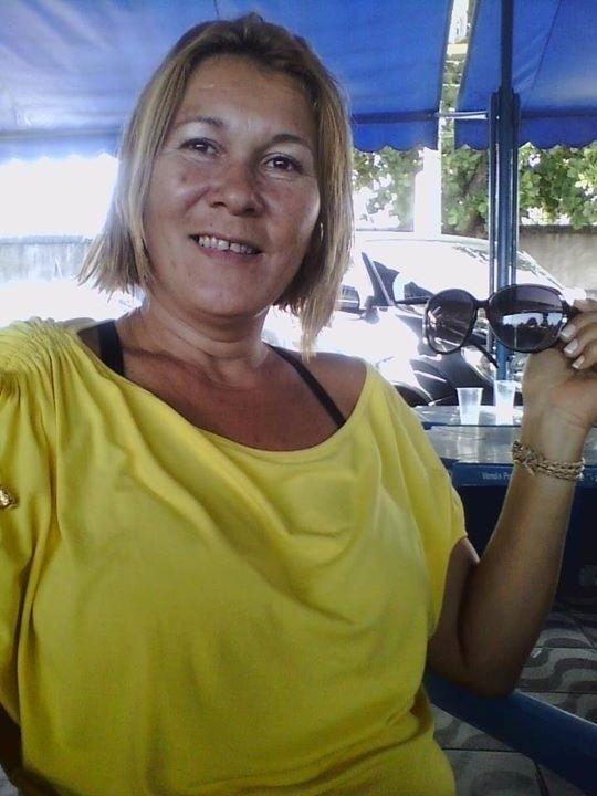 15.abr.2015 - A comerciante Cláudia Rocha morreu atingida por uma bala perdida na noite de terça-feira (14), no complexo de favelas da Maré, na zona norte do Rio. Ela estava dentro de casa, na Vila do João, quando foi atingida na cabeça por um tiro de fuzil. Cláudia é a terceira pessoa morta por balas perdidas durante supostas trocas de tiro em comunidades do Rio desde o início de abril
