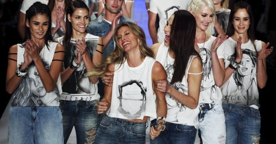 15.abr.2015 - Modelo Gisele Bündchen é abraçada e aplaudida em seu último desfile em passarela durante o São Paulo Fashion Week pela marca Colcci nesta quarta-feira (15), em São Paulo (SP)