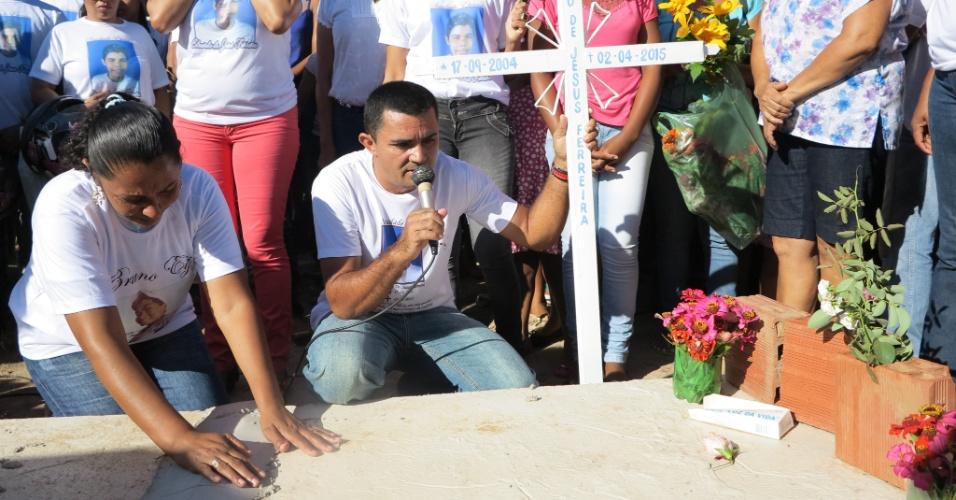 12.abr.2015 - À frente do túmulo, cimentaram uma cruz branca com o nome completo de Eduardo