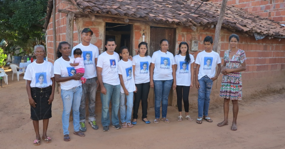 12.abr.2015 - A irmã mais velha de Teresa, Lúcia (d), vive na casa com seis dos seus oito filhos que ainda não saíram de casa. Desde que a família chegou, os 11 se apertam na espaço