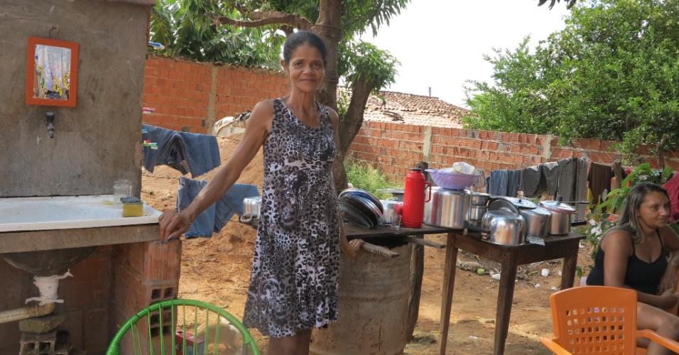 11.abr.2015 - Lúcia, irmã de Teresa, trabalha como lavadeira. A pia em que lava a louça e as roupas dos clientes fica ao ar livre, no quintal da casa