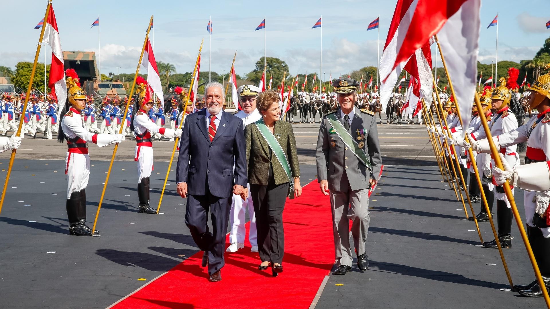 16.abr.2015 - A presidente Dilma Rousseff participou da cerimônia comemorativa do Dia do Exército e de Imposição da Comenda da Ordem do Mérito Militar, em Brasília. Na mensagem em comemoração a data, a presidente disse que o Exército