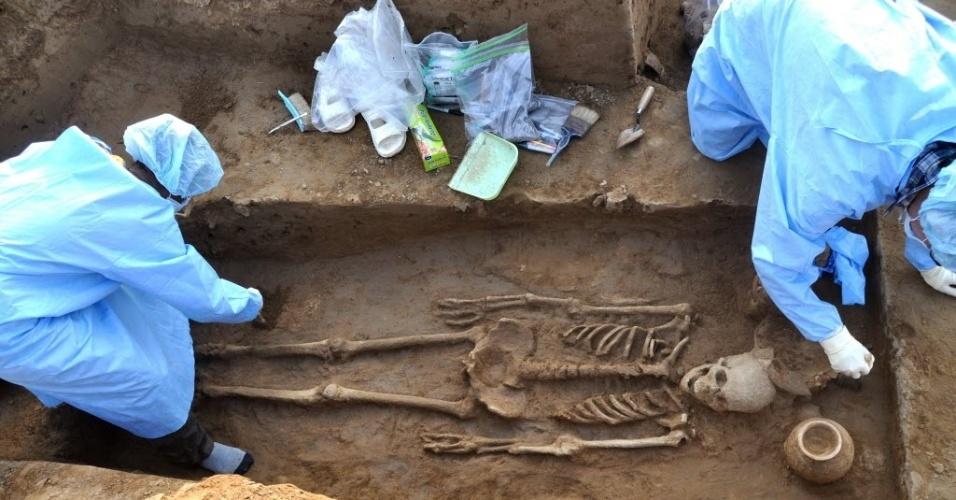 16.abr.2015 - Arqueólogos encontraram esqueletos com cerca de 5.000 anos em uma antiga aldeia no norte da Índia. Quatro esqueletos humanos completos - dois homens, uma mulher e uma criança - foram descobertos em Haryana, onde se acredita que viveu a chamada civilização do vale do Indo, um dos primeiros grandes ajuntamentos da história