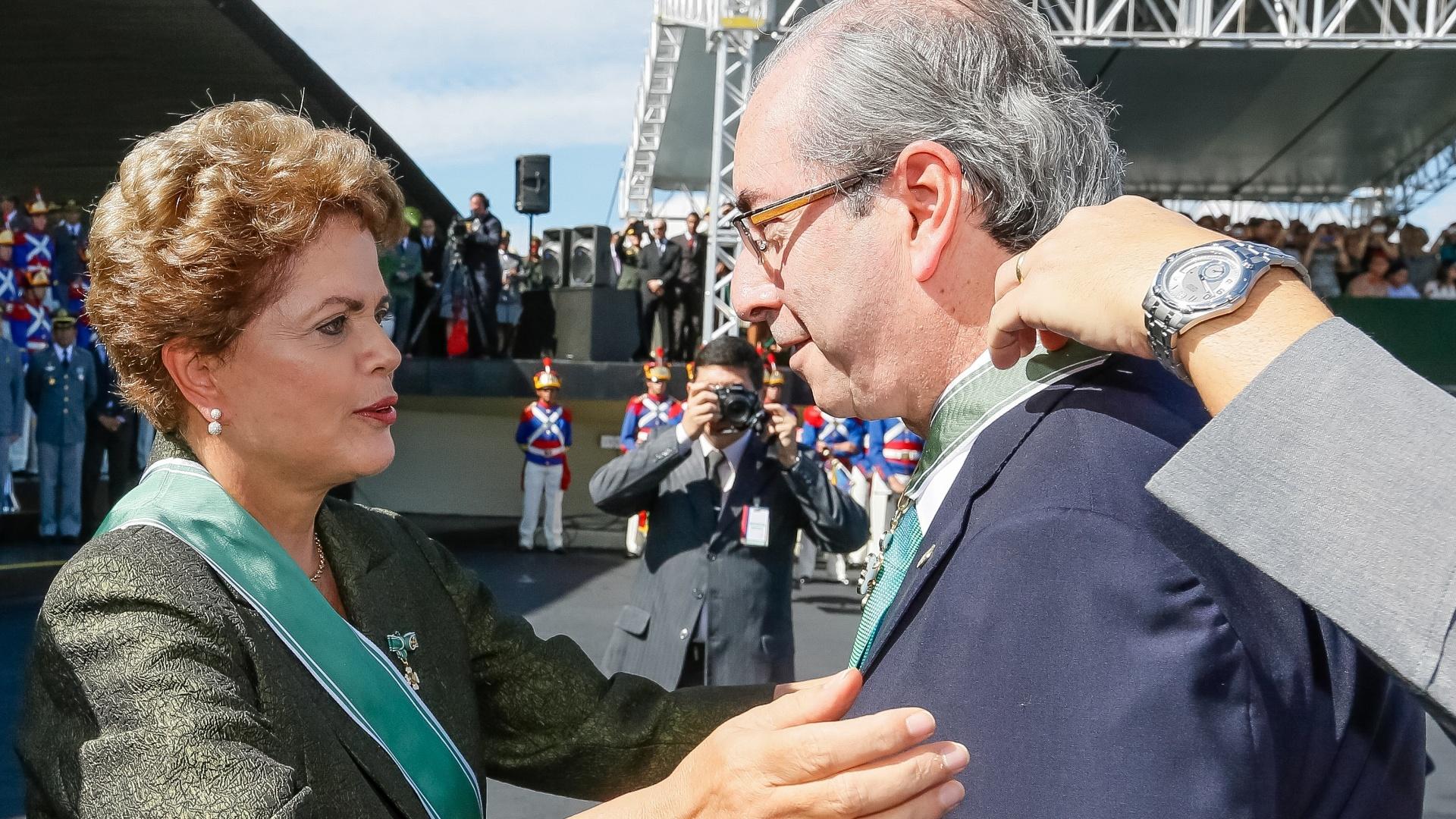 16.abr.2015 - Em cerimônia de celebração ao Dia do Exército, realizada em Brasília, a presidente Dilma Rousseff entregou medalhas de condecoração ao presidente da Câmara, Eduardo Cunha (PMDB-RJ), em Brasília. Após ser condecorado, Cunha disse que,