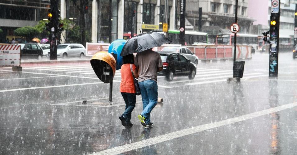 16.abr.2015 - Pedestres enfrentam a chuva na avenida Paulista, em São Paulo, na tarde desta quinta-feira (16). Chuvas fortes voltaram a colocar parte da capital paulista em estado de atenção para alagamentos. Por volta das 14h, estavam em atenção as zonas norte, oeste e central, além da marginal Tietê