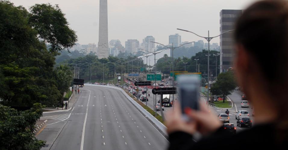 17.abr.2015 - A avenida 23 de Maio foi interditada pela Polícia Militar na altura do parque Ibirapuera, na zona sul de São Paulo, no fim da tarde desta sexta-feira (17), devido ao protesto dos professores em greve na rede estadual. A categoria faz manifestação na avenida Paulista