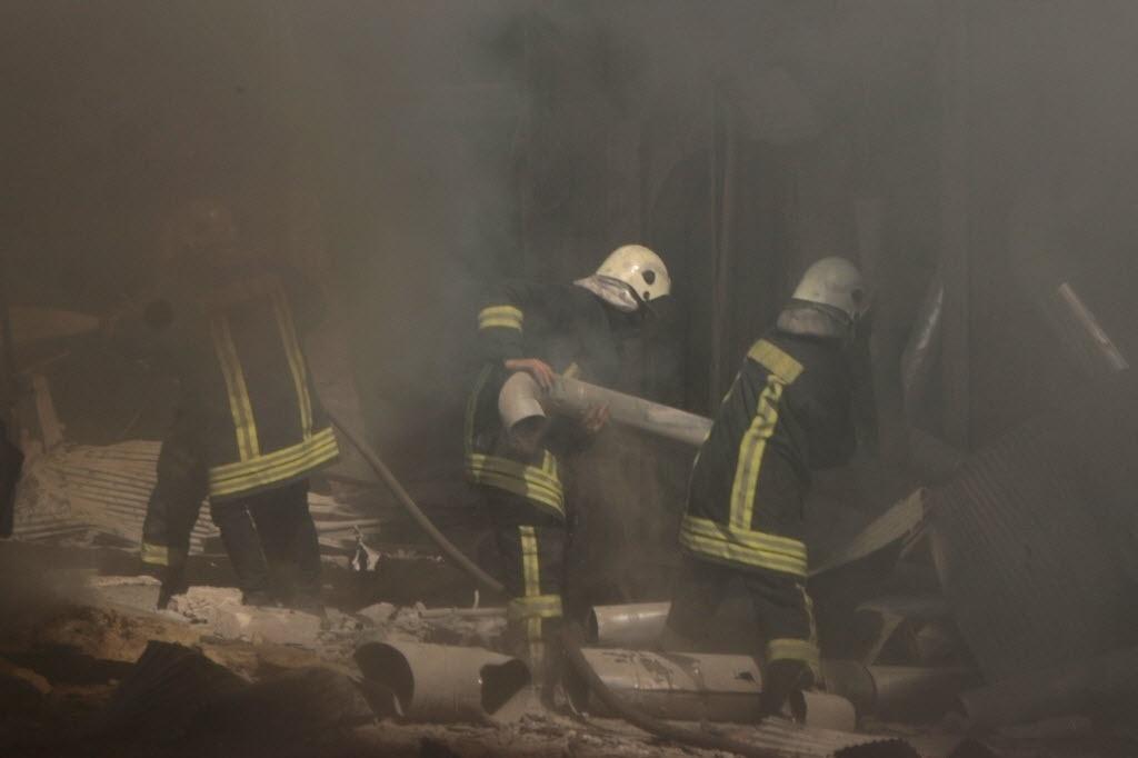 17.abr.2015 - Equipes da Defesa Civil procuram sobreviventes em meio aos escombros de um prédio atingido por um ataque de forças leais ao ditador sírio, Bashar Assad, em Aleppo, nesta sexta-feira (17)