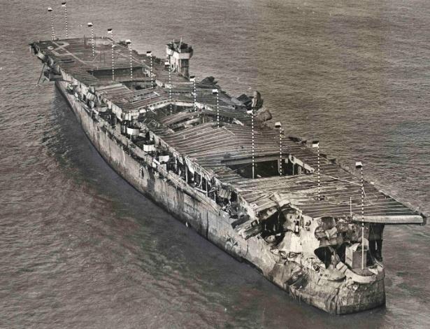 Imagem aérea mostra o porta-aviões da 2ª Guerra USS Independence ancorado na baía de San Francisco, na Califórnia, em janeiro de 1951