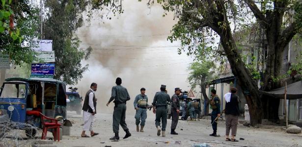 O Taleban negou envolvimento na ação que deixou dezenas de mortos, e condenou o ataque