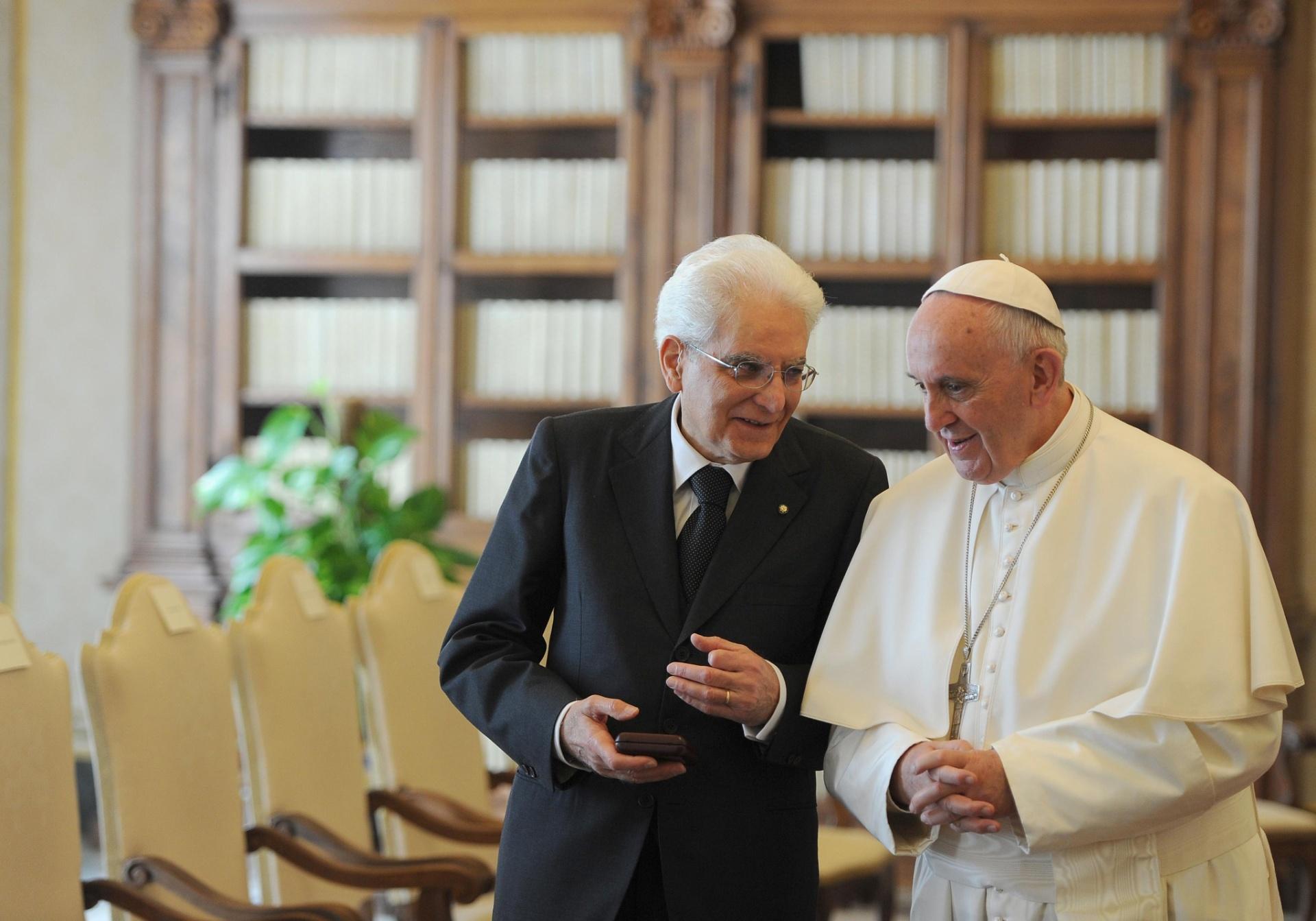 18.abr.2015 - Papa Francisco se reúne com o presidente da Itália, Sergio Mattarella, no Vaticano. Após o encontro, o papa elogiou o esforço da Itália para socorrer e abrigar os refugiados que atravessam o mar Mediterrâneo e pediu à comunidade internacional