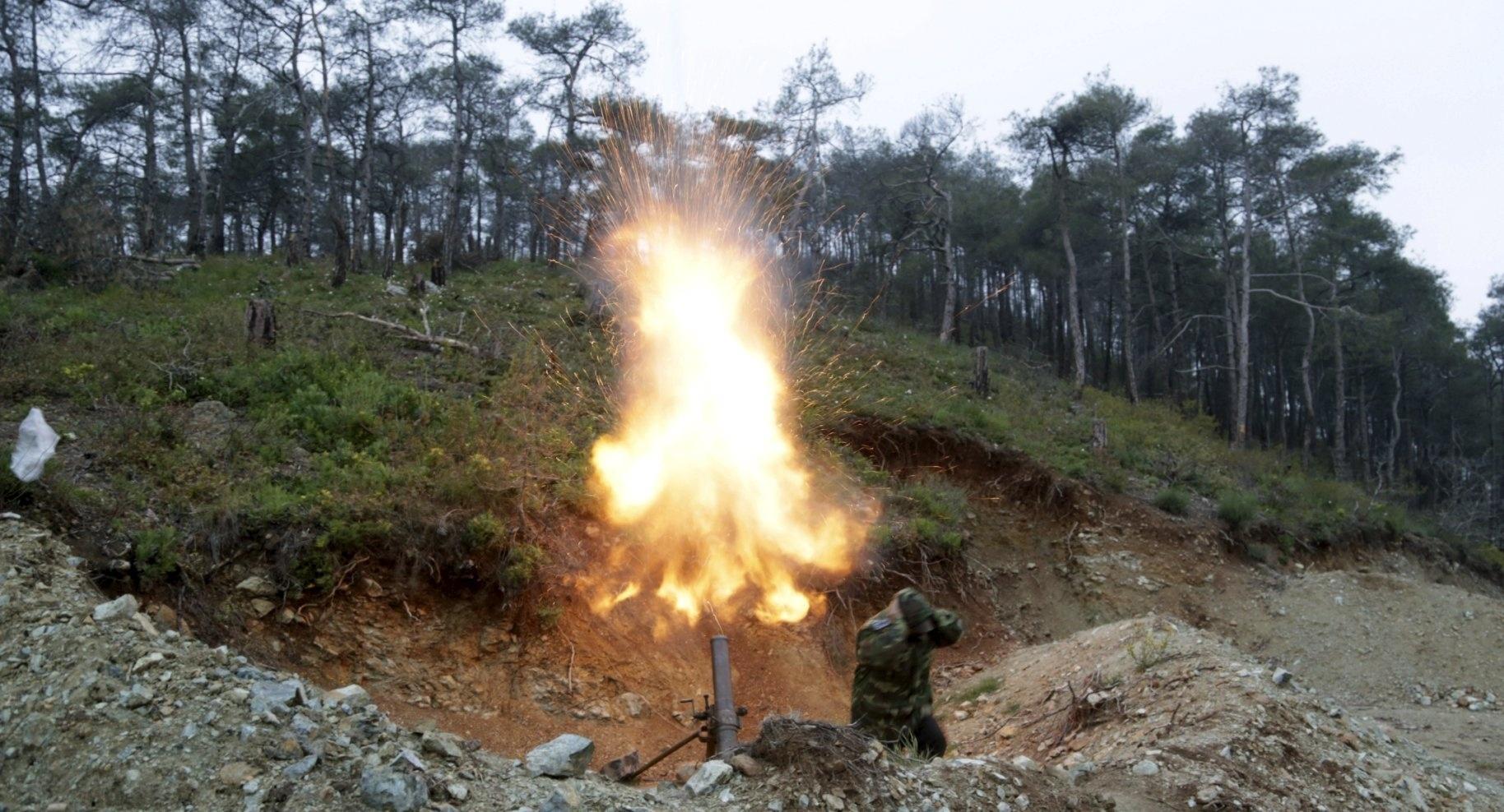 18.abr.2015 - Um guerrilheiro da Liwa al-Nasr (Brigada da Vitória) dispara uma bomba em direção às forças leais ao presidente da Síria, Bashar Al-Assad, na região de Latakia, nas montanhas do Turcomenistão