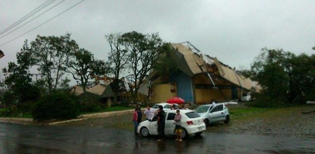 Casa desaba em Xanxerê (551 km de Florianópolis), após temporal com fortes ventos e chuva que destelhou casas e derrubou duas torres de transmissão na região oeste de Santa Catarina