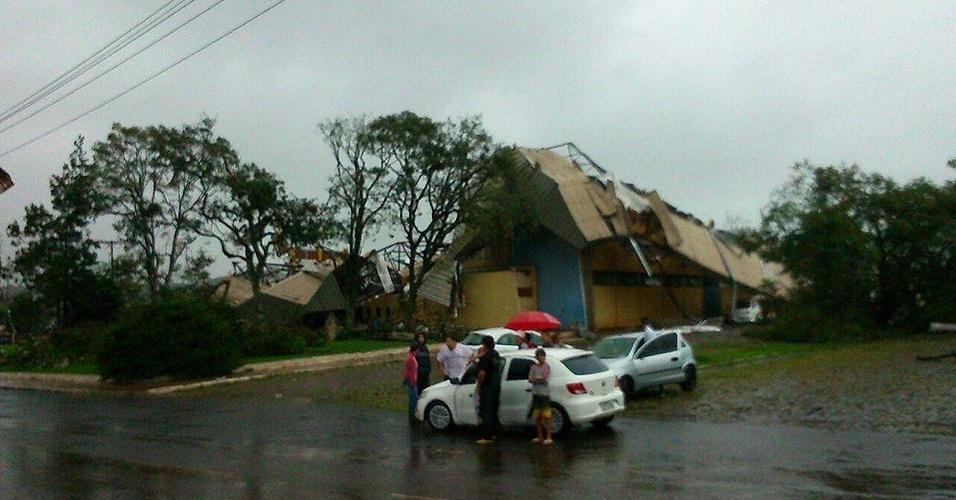 20.abr.2015 - Casa desaba em Xanxerê (551 km de Florianópolis), após temporal com fortes ventos e chuva que destelhou casas e derrubou duas torres de transmissão na região oeste de Santa Catarina