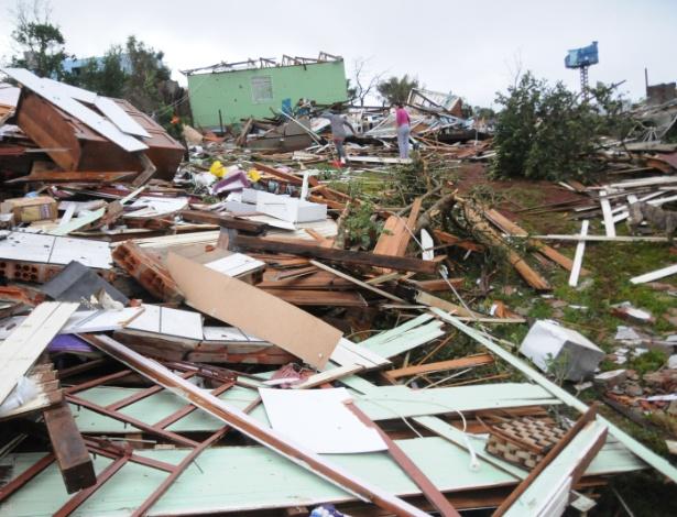 Casas ficam destruídas após a passagem de tornado no município de Xanxerê