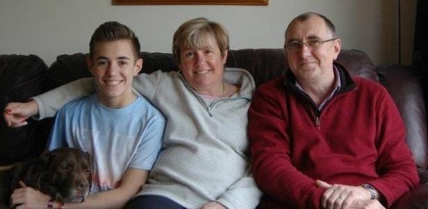 """Daniel Wheeler, um dos pacientes que se submeteu ao tratamento usando uma versão """"domada"""" do vírus HIV, e seus pais"""
