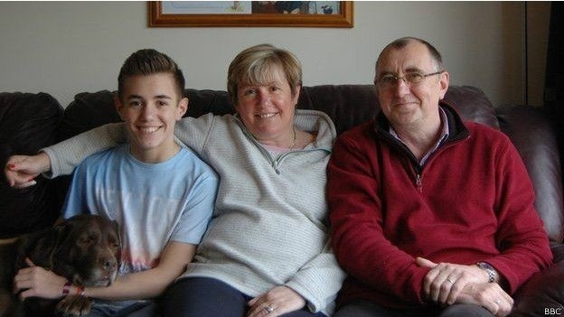 """22.abr.2015 - Daniel Wheeler, um dos pacientes que se submeteu ao tratamento usando uma versão """"domada"""" do vírus HIV, e seus pais"""