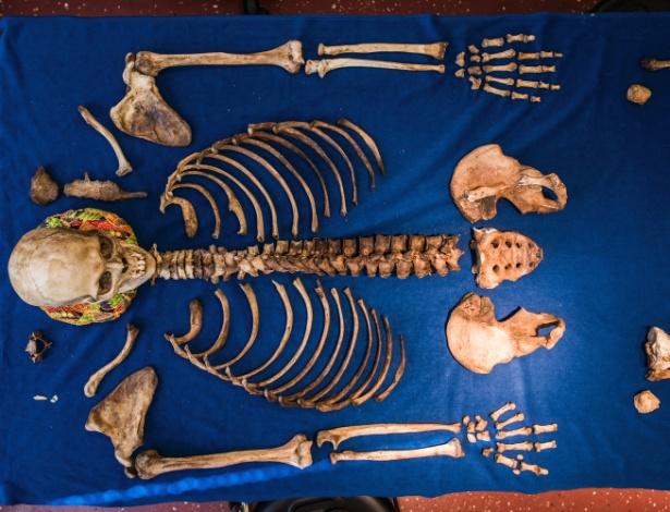 Restos mortais são dispostos no laboratório de antropologia forense na Universidade de Western Carolina, em Cullowhee, na Carolina do Norte