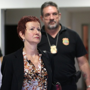 A cunhada de João Vaccari Neto, Marice Lima, deixa a sede da Polícia Federal em Curitiba (PR) nesta quinta-feira (23), onde estava presa há uma semana. Ela é suspeita de receber propina da empreiteira OAS. O alvará de soltura foi emitido na manhã desta quinta pelo juiz Sérgio Moro, que conduz as ações da Operação Lava Jato. Ela seguiu direto para o aeroporto