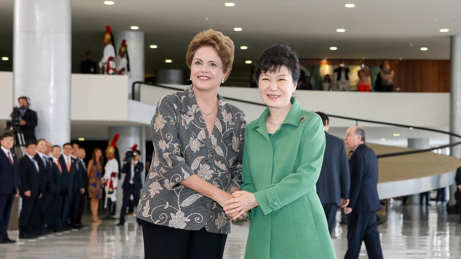 24.abr.2015 - A presidente Dilma Rousseff recebeu nesta sexta-feira (24), com honras de Estado, a governante sul-coreana, Park Geun-hye, que terminará no Brasil uma viagem sul-americana que passou pela Colômbia, Peru e Chile
