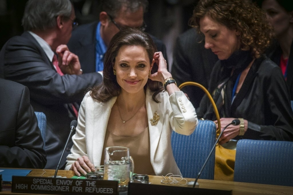 24.abr.2015 - Enviada especial do Acnur (Alto Comissariado das Nações Unidas para os Refugiados), Angelina Jolie, fala no Conselho de Segurança das Nações Unidas sobre a crise de refugiados na Síria, em Nova York (EUA)