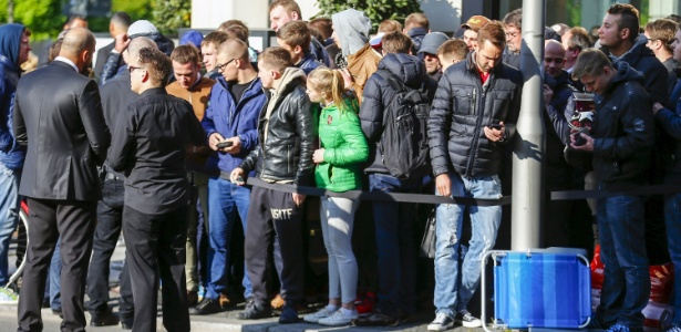 24.abr.2015 - Consumidores fazem fila em frente à Apple Store de Berlim (Alemanha) para comprar o Apple Watch