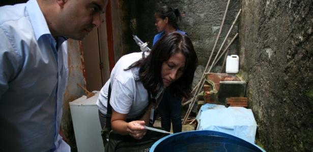 Agentes de saúde visitam casas para combate o mosquito da dengue no bairro Novo Horizonte em Mogi das Cruzes (SP), no sábado (25). A cidade sofre com o surto da doença